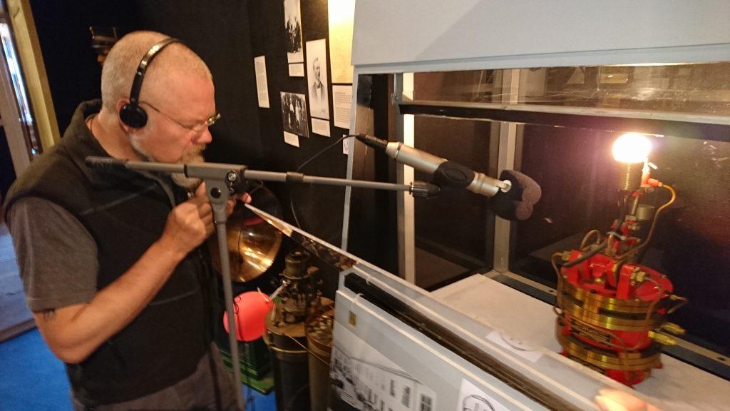 Ulf Söderberg spelar in ljudet av klippapparaten till Hammarö skärgårdsmuseum. BILD: ELIN ANDERSSON