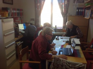 Vad gör man på museum på måndagar, när det är stängt? Carl-Eric och Sten-Åke sköter bokföringen och Bo och Roland förbereder en kommande utställning.  FOTO: ELIN ANDERSSON