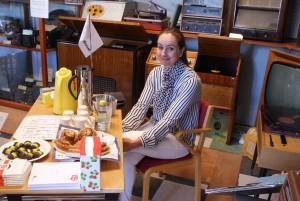 Arijana Rekic serverade fika bland AGAs radioapparater. BILD: ELIN ANDERSSON