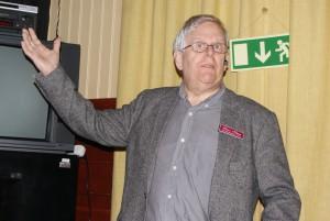 Lars Olson föreläste om Sjukvård i skottlinjen. BILD: ELIN ANDERSSON