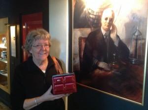 Fini van Breugel från Holland besökte Dalénmuseet 13 juli 2015 och donerade en kakburk i form av en AGA-spis. Fini är en hängiven användare och anhängare av AGA-spisen. BILD: ELIN ANDERSSON